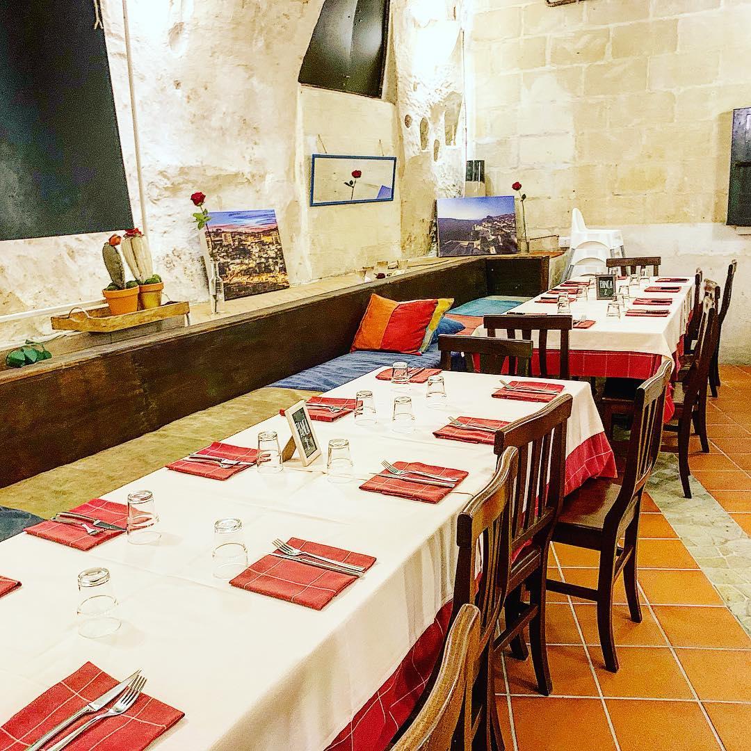 interni 1-austin-pizzeria-forno-a-legna-pizze-antipasti-prodotti-tipici-sant-agostino-sassi-matera
